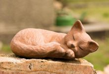 Cat statue tribute