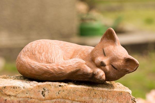 Cat statue tribute